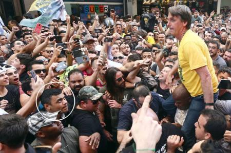 BOL JUIZ DE FORA  06/09/2018  NACIONAL EXCLUSIVO EMBARGADO  BOLSONARO  CAMPANHA ELEITORAL O candidato à presidência da república pelo PSL , Jair Bolsonaro ( de camiseta amarela) é carregado nas costas por militantes durante ato político no Parque Half